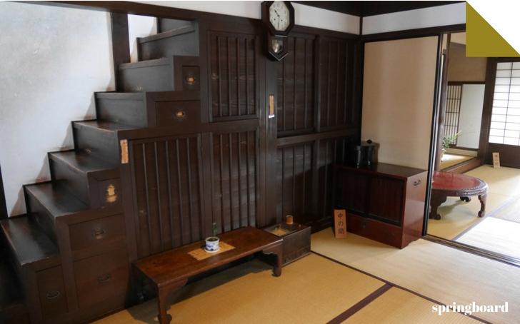 ならまち格子の家の箱階段