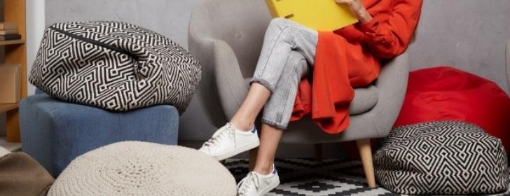 脚を組む女性 足を組む