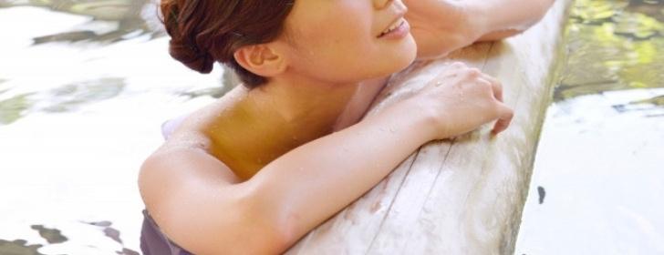 温泉に入浴する女性